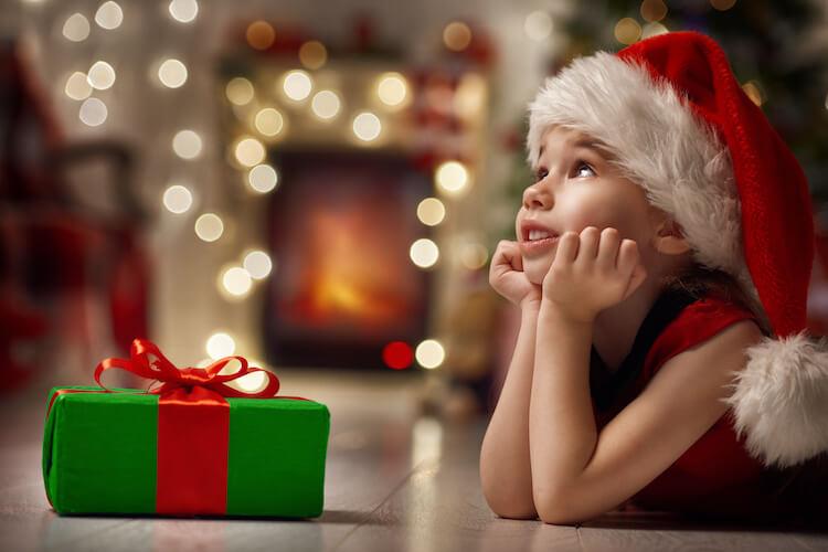 child-xmas-gift_93088323-750